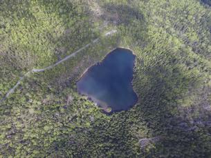 空撮・初夏の駒止湖(北海道・鹿追町)の写真素材 [FYI04836306]