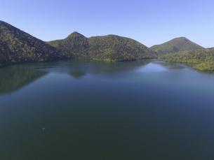 空撮・初夏の然別湖(北海道・鹿追町)の写真素材 [FYI04836309]