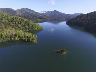 空撮・初夏の然別湖(北海道・鹿追町)の写真素材 [FYI04836310]