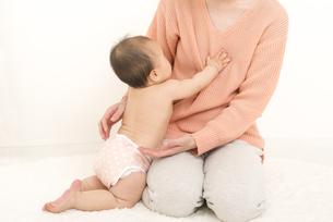 母親に抱っこをせがむ赤ちゃんの写真素材 [FYI04836376]