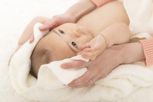 お風呂上がりの赤ちゃんの写真素材 [FYI04836382]