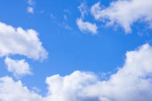 センタースペースのある青空と雲の写真素材 [FYI04836638]