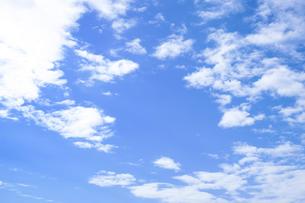 センタースペースのある青空と雲の写真素材 [FYI04836640]