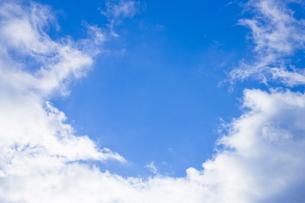 センタースペースのある青空と雲の写真素材 [FYI04836641]