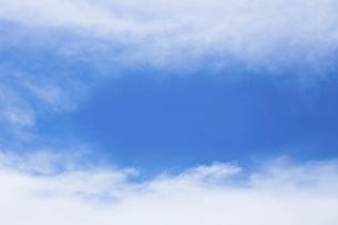 センタースペースのある青空と雲の写真素材 [FYI04836642]