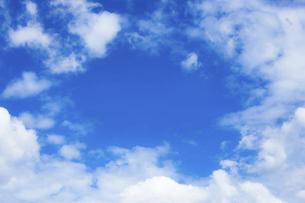 センタースペースのある青空と雲の写真素材 [FYI04836643]