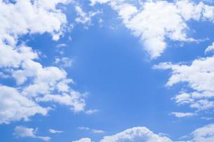 センタースペースのある青空と雲の写真素材 [FYI04836647]