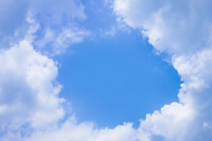 センタースペースのある青空と雲の写真素材 [FYI04836648]