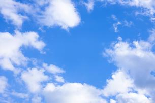 センタースペースのある青空と雲の写真素材 [FYI04836649]