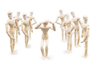 多数のマスク着用の人達に囲まれて同調圧力に苦しむデッサン人形の写真素材 [FYI04836788]