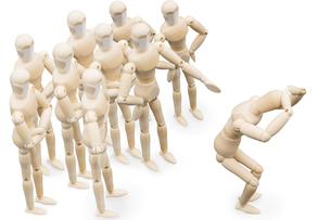 多数のマスク着用の人達に囲まれて同調圧力に苦しむデッサン人形の写真素材 [FYI04836820]