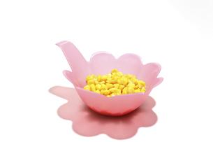 ピンクのボウルに入れた粒コーンの写真素材 [FYI04836876]