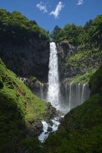 夏の華厳の滝の写真素材 [FYI04836878]