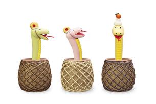鏡餅を頭にのせて2匹を笑わせるヘビと壺の写真素材 [FYI04837010]