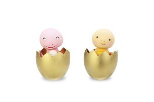 金の卵から上半身を出す2匹のヘビの赤ちゃんの写真素材 [FYI04837015]
