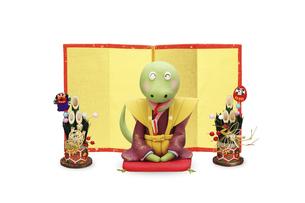 金屏風の前で新年のあいさつをするヘビと門松の写真素材 [FYI04837022]