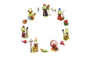 円形に整列したヘビの七福神と正月の縁起物の写真素材 [FYI04837027]
