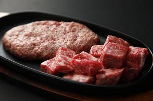 和牛のカットステーキとハンバーグの写真素材 [FYI04837268]