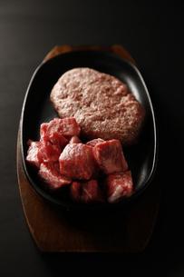 和牛のカットステーキとハンバーグの写真素材 [FYI04837270]