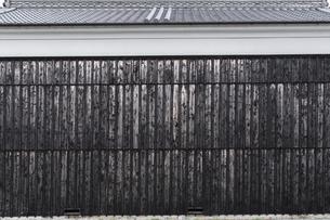 大きな蔵の黒い壁の写真素材 [FYI04837360]