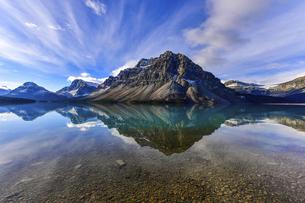 夏のボウ湖 ロッキー山脈の写真素材 [FYI04837364]