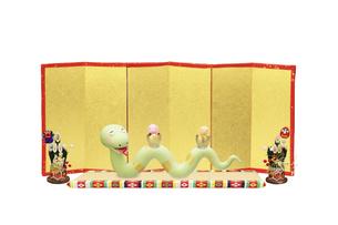 金屏風の前で卵から顔を出す2匹の赤ちゃんを乗せたヘビのお母さんの写真素材 [FYI04837367]