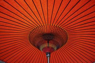 赤色の和傘の写真素材 [FYI04837397]