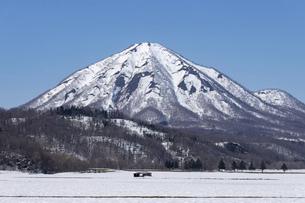 北海道 初春の尻別岳の風景の写真素材 [FYI04837783]