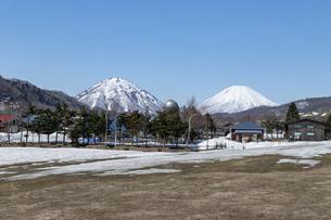 北海道 初春の羊蹄山と尻別岳の風景の写真素材 [FYI04837790]