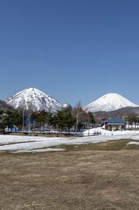 北海道 初春の羊蹄山と尻別岳の風景の写真素材 [FYI04837792]