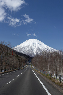 北海道 初春の羊蹄山の風景の写真素材 [FYI04837793]