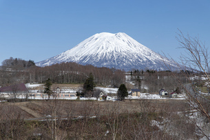 北海道 初春の羊蹄山の風景の写真素材 [FYI04837808]