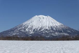 北海道 初春の羊蹄山の風景の写真素材 [FYI04837814]