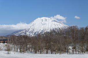 北海道 初春の羊蹄山の風景の写真素材 [FYI04837816]