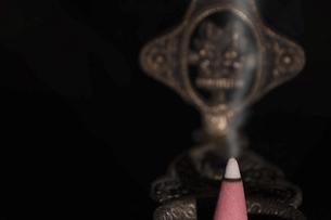 黒バックのコーン香の写真素材 [FYI04837894]