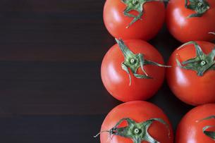 木材背景のトマトの写真素材 [FYI04837897]
