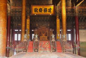 故宮・太和殿の玉座の写真素材 [FYI04837979]