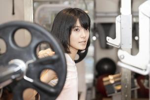 ジムで運動する女性の写真素材 [FYI04838246]