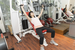 ジムで運動する女性の写真素材 [FYI04838252]