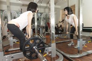 ジムで運動する女性の写真素材 [FYI04838258]