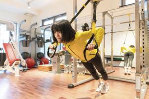 ジムで運動する女性の写真素材 [FYI04838261]