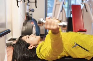 ジムで運動する女性の写真素材 [FYI04838263]