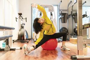 ジムで運動する女性の写真素材 [FYI04838268]