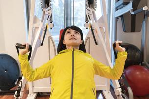 ジムで運動する女性の写真素材 [FYI04838270]