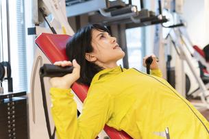 ジムで運動する女性の写真素材 [FYI04838271]