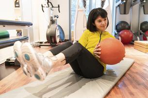 ジムで運動する女性の写真素材 [FYI04838276]