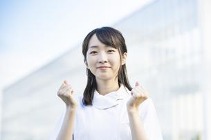 ガッツポーズをする白衣の女性の写真素材 [FYI04838339]