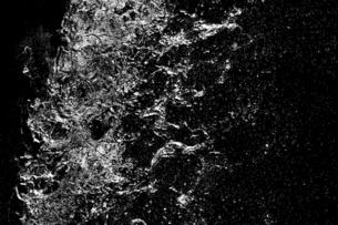 黒バックの水の写真素材 [FYI04838373]