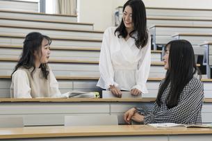 講義室で談笑する大学生の写真素材 [FYI04838557]