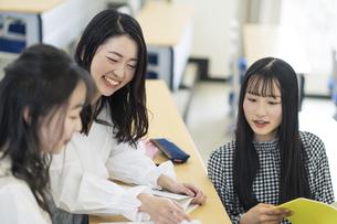 講義室で談笑する大学生の写真素材 [FYI04838558]